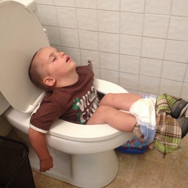 foto-divertenti-bambini-dormono-ovunque-02