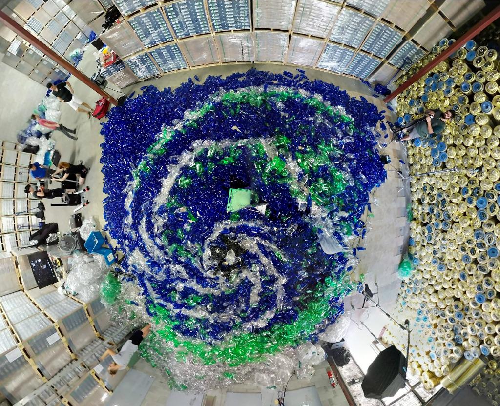 foto-sirena-mare-10000-bottiglie-plastica-inquinamento-von-wong-01