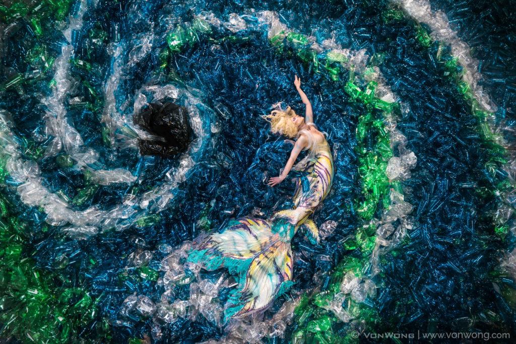 foto-sirena-mare-10000-bottiglie-plastica-inquinamento-von-wong-07