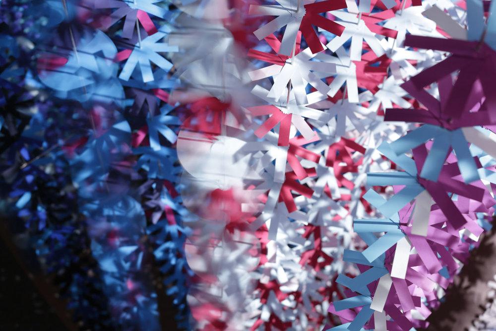 installazione-25000-fiori-carta-colorata-color-mixing-emmanuelle-moureaux-03