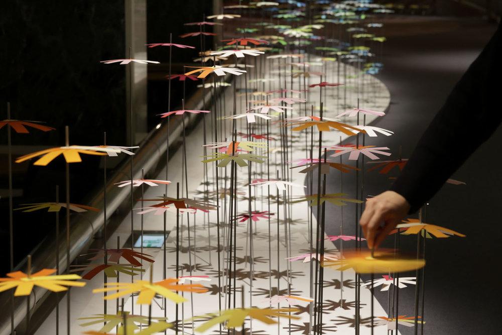 installazione-25000-fiori-carta-colorata-color-mixing-emmanuelle-moureaux-05