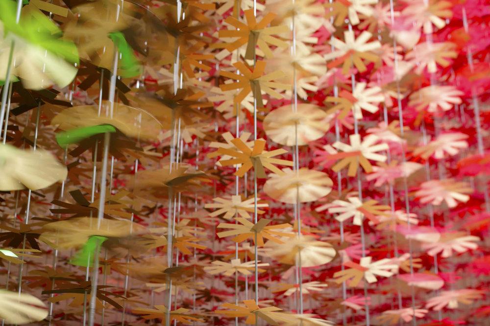 installazione-25000-fiori-carta-colorata-color-mixing-emmanuelle-moureaux-14