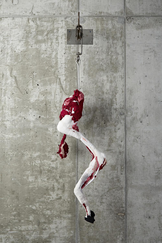 sculture-scarti-abiti-carcasse-animali-macello-actus-reus-tamara-kostianovsky-04