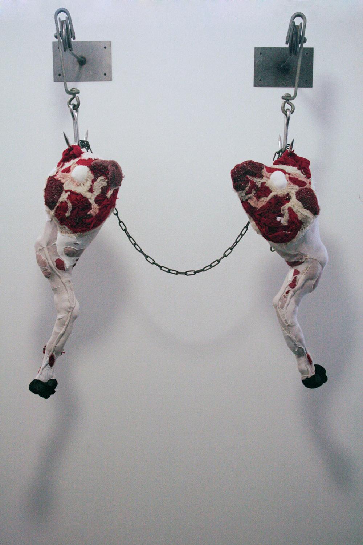 sculture-scarti-abiti-carcasse-animali-macello-actus-reus-tamara-kostianovsky-14