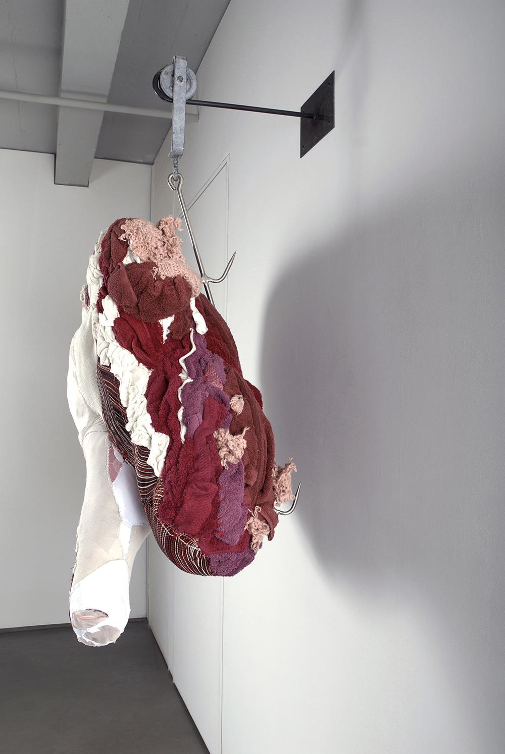 sculture-scarti-abiti-carcasse-animali-macello-actus-reus-tamara-kostianovsky-19