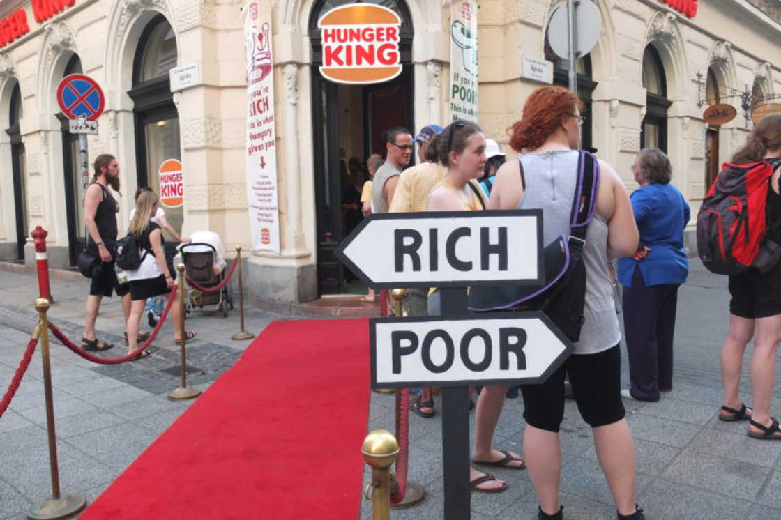 installazione-arte-critica-societa-capitalismo-hunger-king-jani-leinonen-08