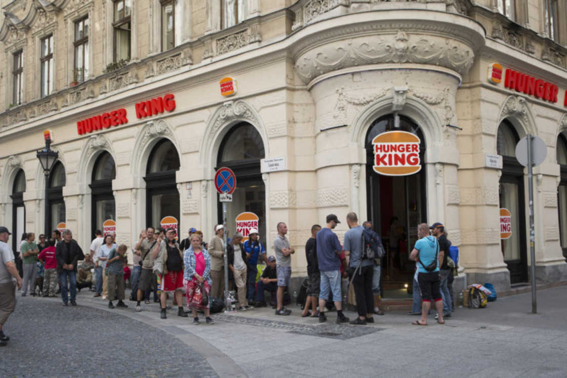 installazione-arte-critica-societa-capitalismo-hunger-king-jani-leinonen-09