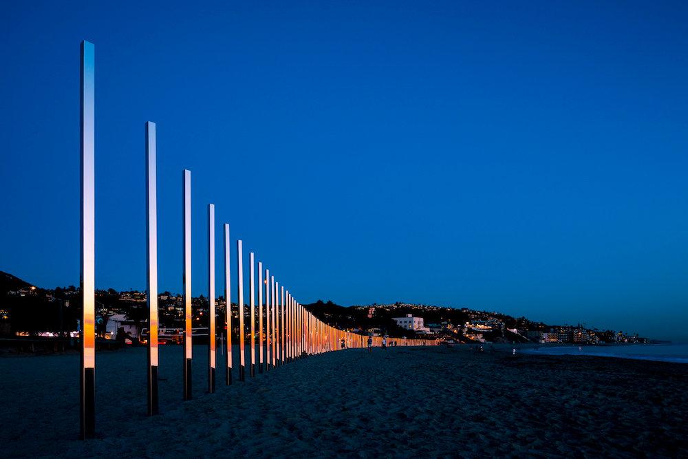 installazione-pali-specchio-riflettono-oceano-california-philipk-smisth-lance-gerber-1
