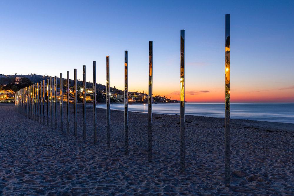 installazione-pali-specchio-riflettono-oceano-california-philipk-smisth-lance-gerber-2