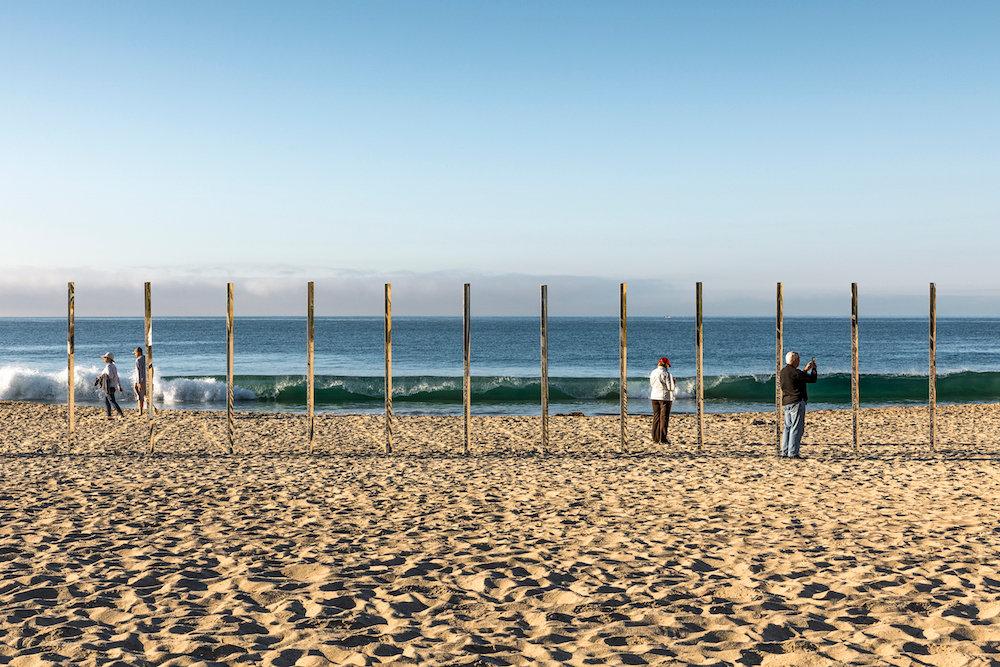 installazione-pali-specchio-riflettono-oceano-california-philipk-smisth-lance-gerber-3