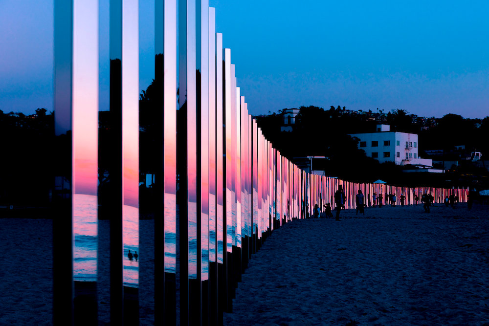installazione-pali-specchio-riflettono-oceano-california-philipk-smisth-lance-gerber-5