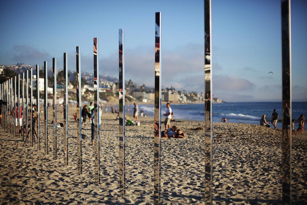 installazione-pali-specchio-riflettono-oceano-california-philipk-smisth-lance-gerber-6