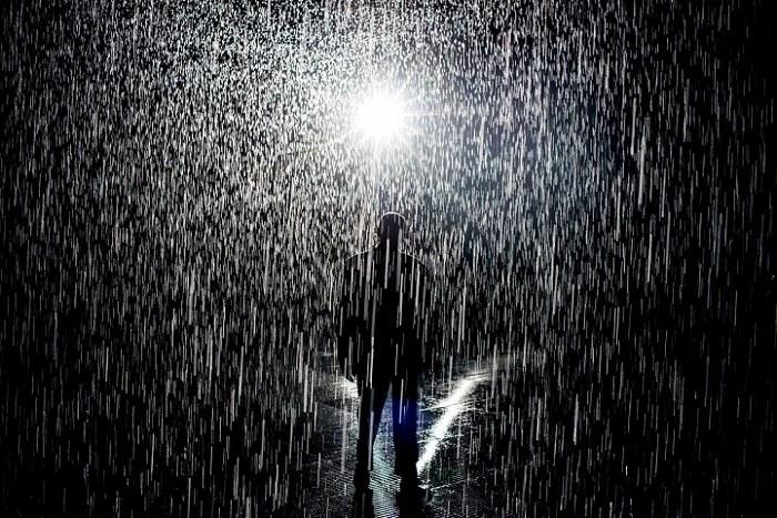 installazione-simula-pioggia-temporale-rain-room-random-international-01