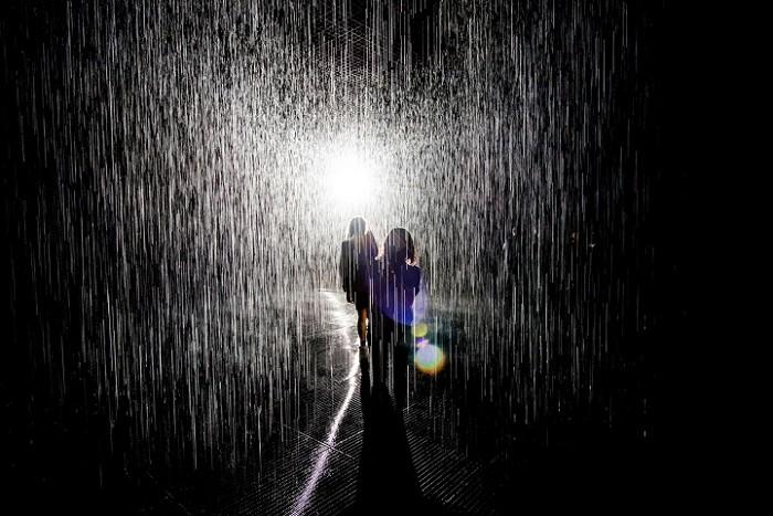 installazione-simula-pioggia-temporale-rain-room-random-international-03