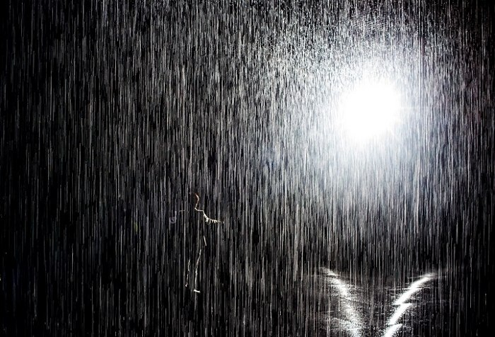 installazione-simula-pioggia-temporale-rain-room-random-international-05