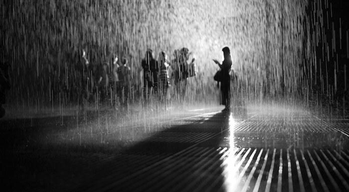 installazione-simula-pioggia-temporale-rain-room-random-international-06