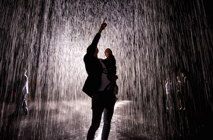 installazione-simula-pioggia-temporale-rain-room-random-international-11