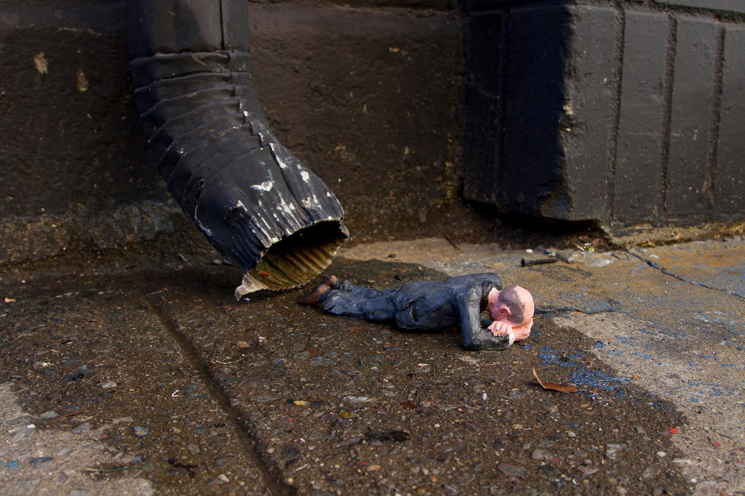 installazioni-miniatura-street-art-critica-societa-isaac-cordal-05