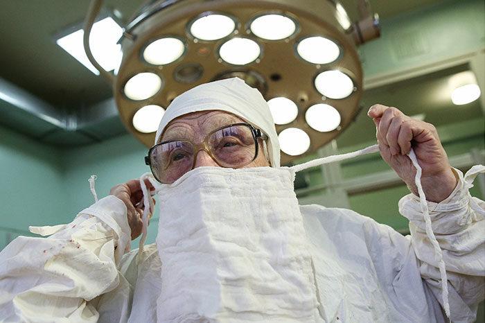 chirurgo-piu-anziano-mondo-alla-illynichna-levushkina-01