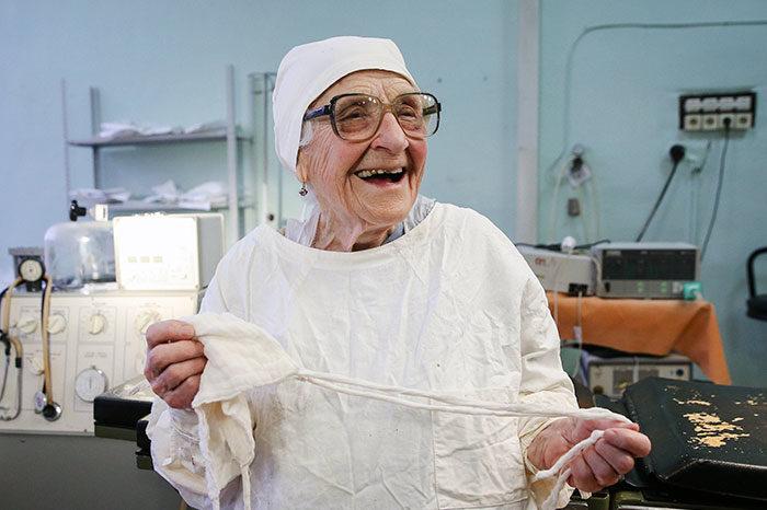 chirurgo-piu-anziano-mondo-alla-illynichna-levushkina-02