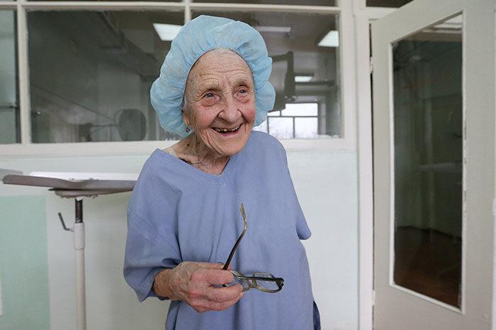 chirurgo-piu-anziano-mondo-alla-illynichna-levushkina-03