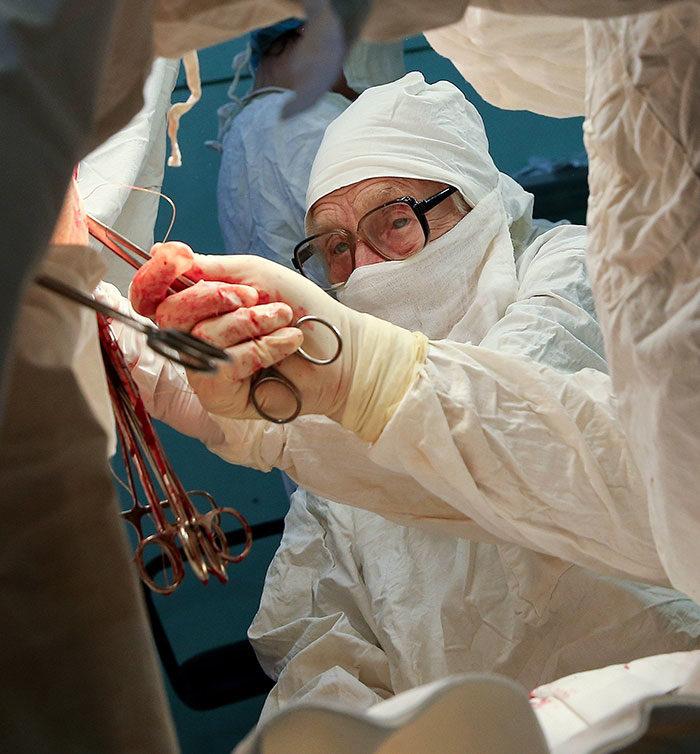 chirurgo-piu-anziano-mondo-alla-illynichna-levushkina-04