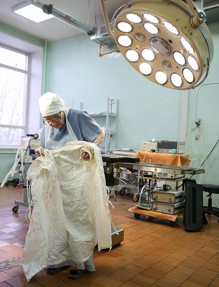 chirurgo-piu-anziano-mondo-alla-illynichna-levushkina-09