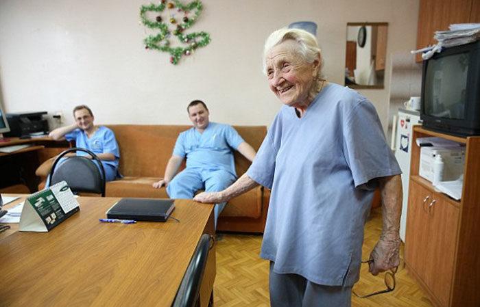 chirurgo-piu-anziano-mondo-alla-illynichna-levushkina-12