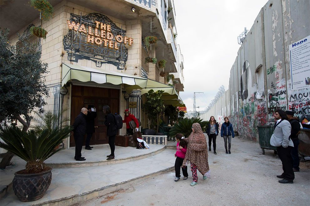 hotel-peggiore-vista-mondo-the-walled-off-hotel-betlemme-banksy-22