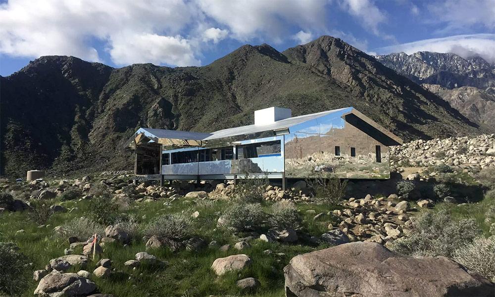 installazione-casa-riflette-deserto-california-mirage-doug-aitken-10