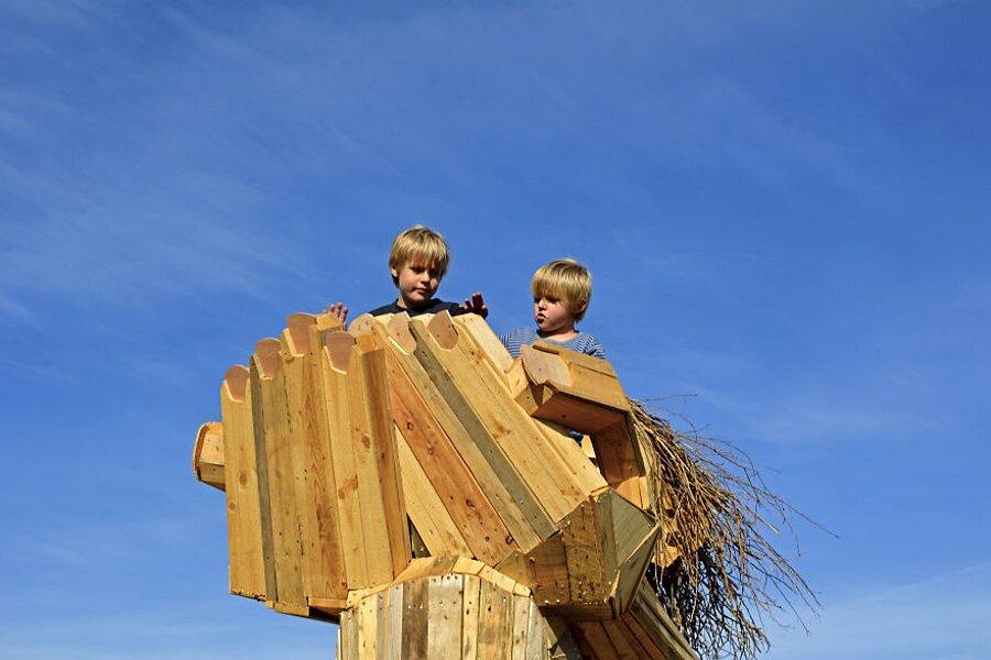 sculture-legno-riciclato-giganti-thomas-dambo-copenaghen-03