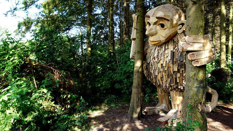 sculture-legno-riciclato-giganti-thomas-dambo-copenaghen-05