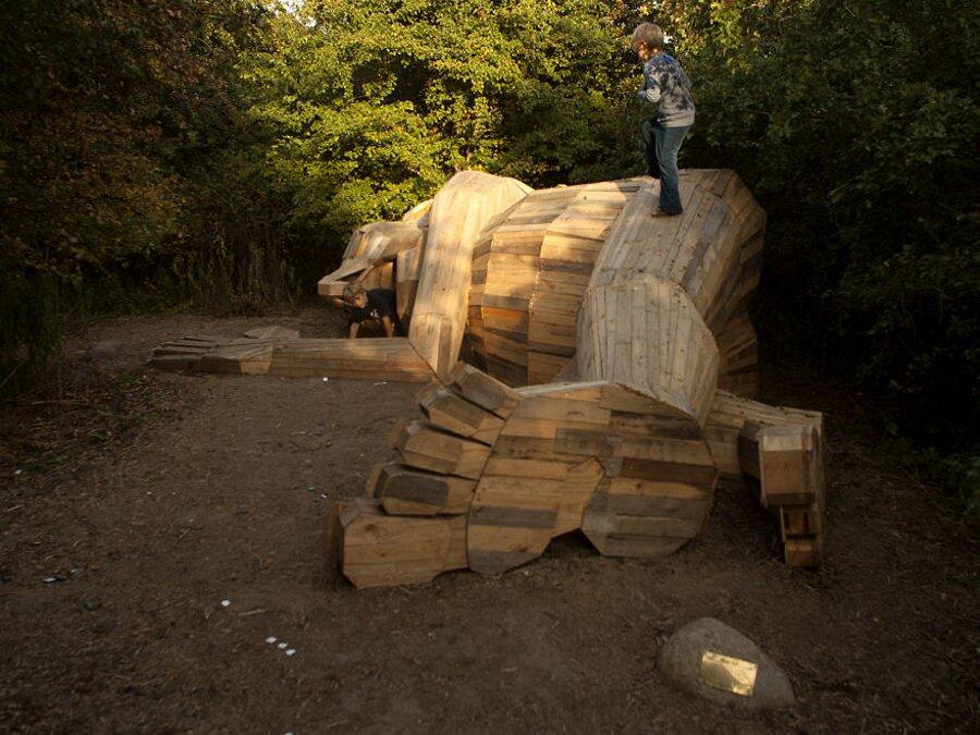 sculture-legno-riciclato-giganti-thomas-dambo-copenaghen-15