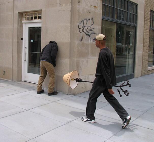 sculture-street-art-installazioni-mark-jenkins-06