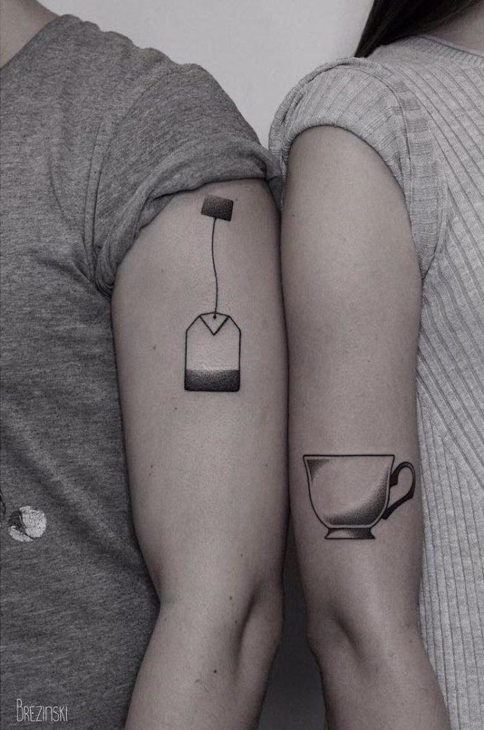 Tatuaggi coppia con bustina e tazza di tè