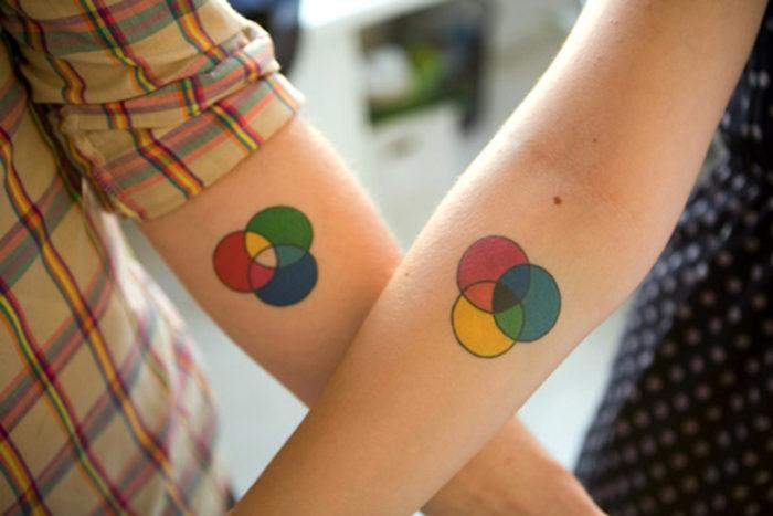 Tatuaggi di coppia sul braccio con luci e colori
