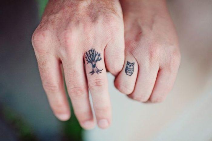 Tatuaggi in coppia su dita con gufetto e il suo albero tatuaggi-di-coppia-10