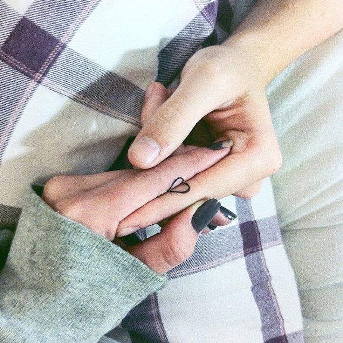 Tatuaggi accoppiati minimalisti che formano un cuore