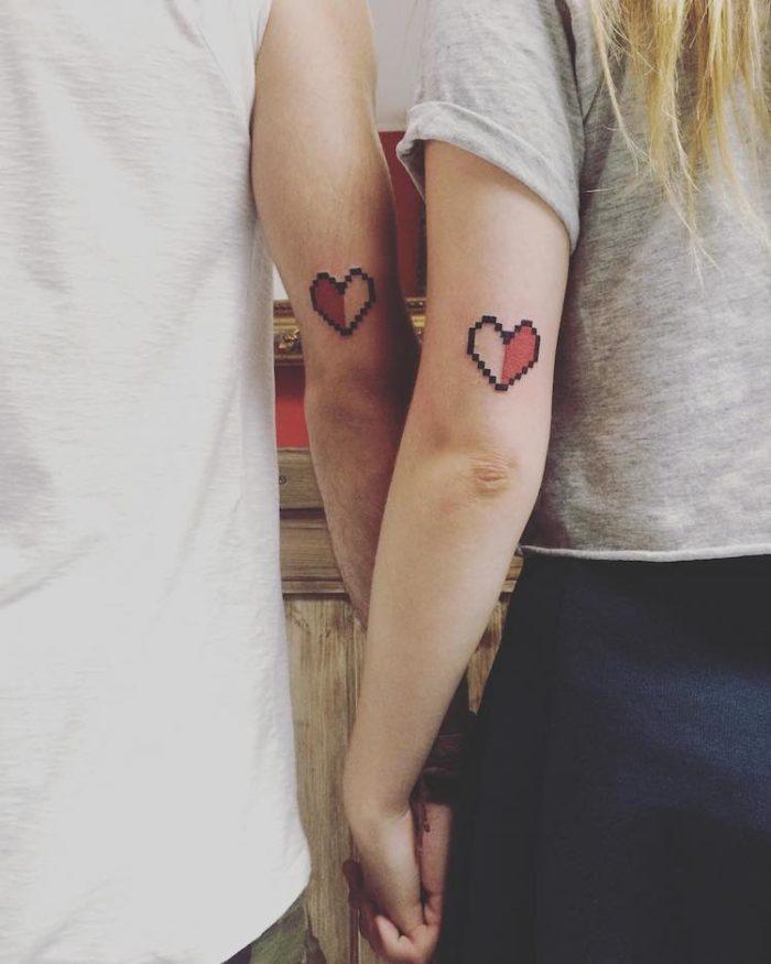 Tatuaggi accoppiati con cuori pixelati
