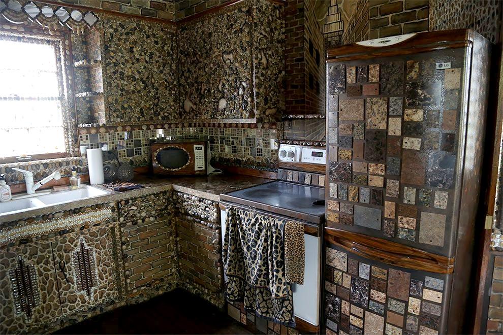 artista-decora-casa-mosaico-pietre-lauri-svedberg-06