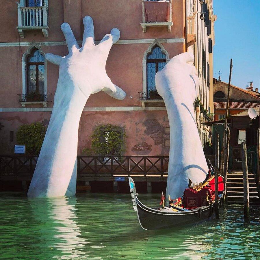 scultura-mani-biennale-venezia-lorenzo-quinn-support-2