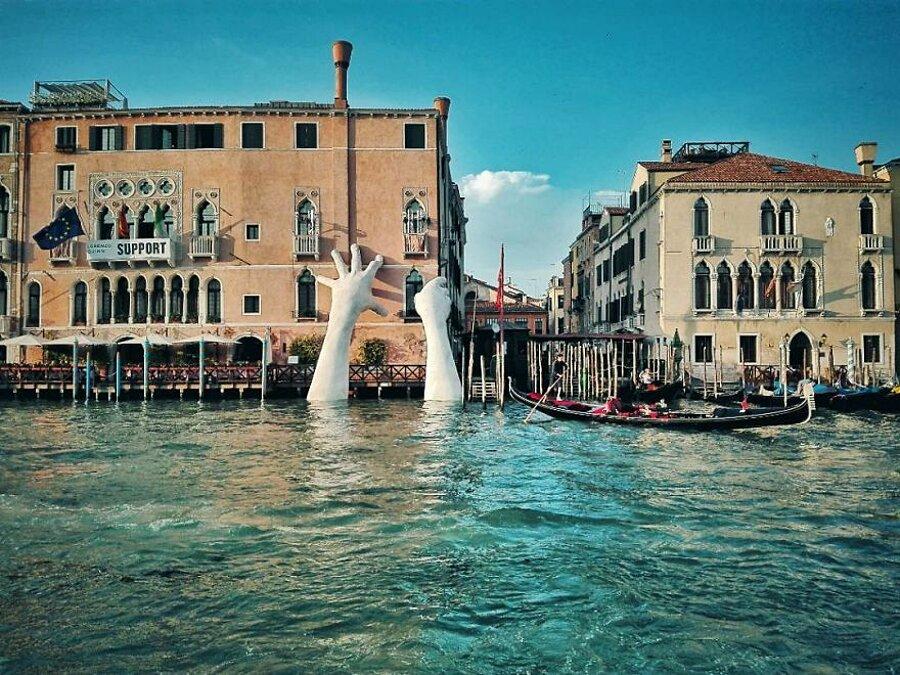 scultura-mani-biennale-venezia-lorenzo-quinn-support-3