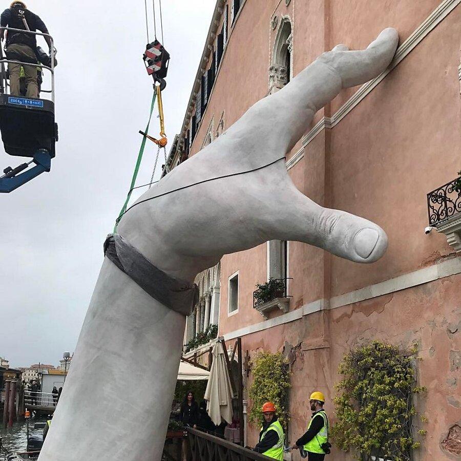 scultura-mani-biennale-venezia-lorenzo-quinn-support-4