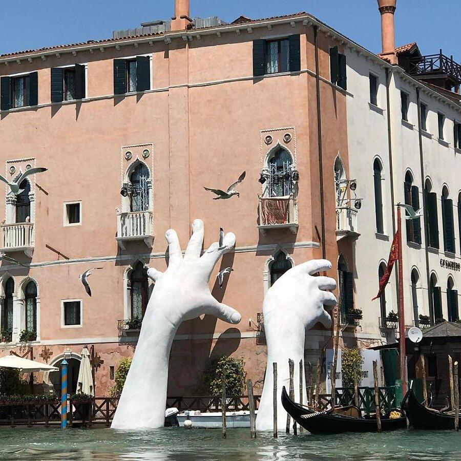 scultura-mani-biennale-venezia-lorenzo-quinn-support-6