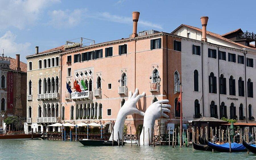 scultura-mani-biennale-venezia-lorenzo-quinn-support-8