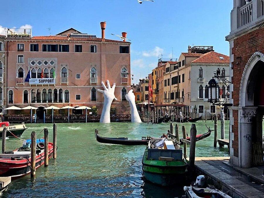 scultura-mani-biennale-venezia-lorenzo-quinn-support-9