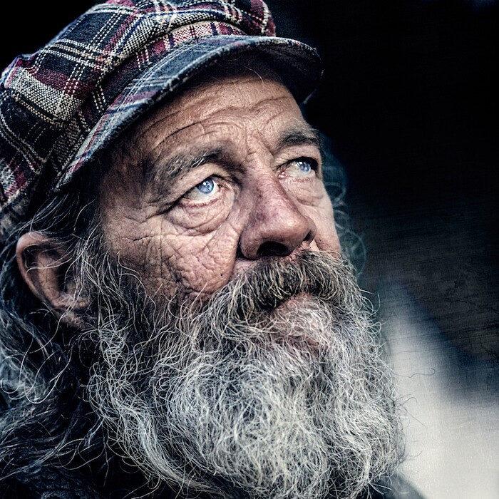 Gli invisibili: potenti ritratti di senzatetto, di Pedro Oliveira