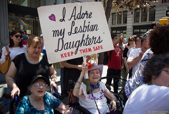 20 foto di genitori che sostengono i loro figli al Gay Pride in America