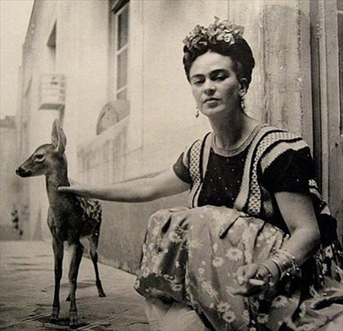 Foto Frida Kahlo con cervo bambi