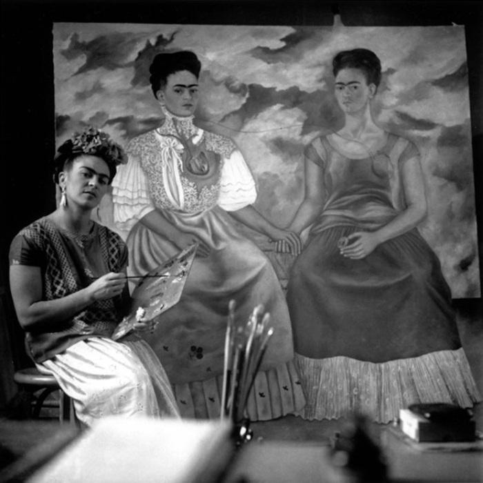 Foto Frida Kahlo mentre dipinge